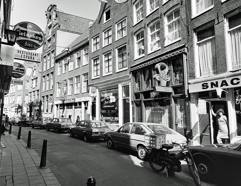 Zeedijk with café 't Mandje in 1976